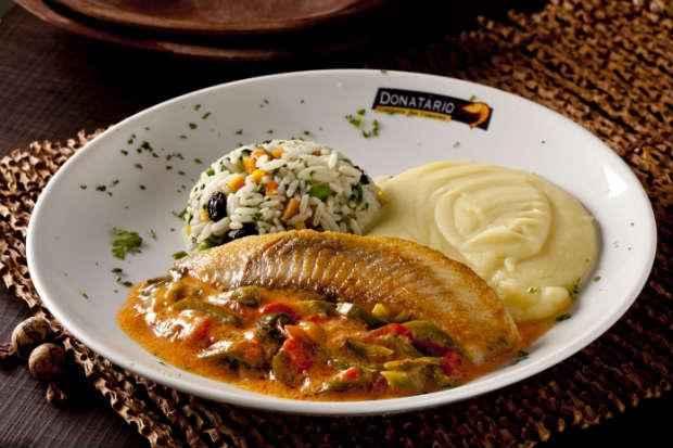 Entre os pratos oferecidos nos restaurantes está o filé de peixe ao molho de coco. Foto: Dante Barros/Divulgação