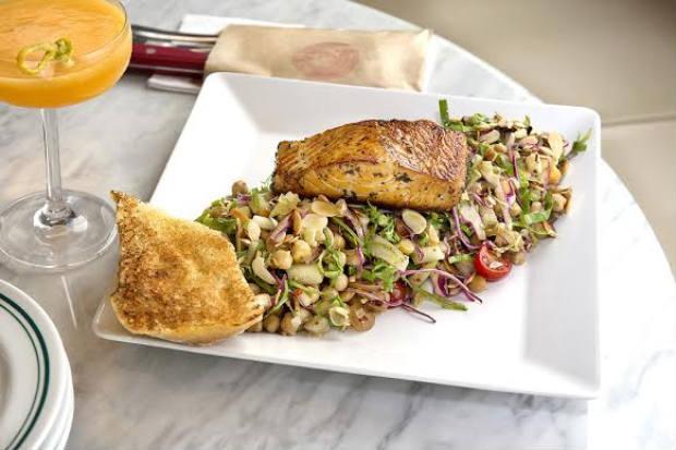 Salmon Salad acompanha alface americana, rúcula, vinagrete de cebola, tomate cereja, amêndoas laminadas e pedaços de maçã verde. Foto: LePorte/Divulgação