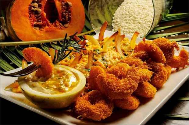Camarão crocante com coco leva molho de maracujá e risoto de jerimum. É uma das novidades do Menu Due. Fotos: Camarada/Divulgação