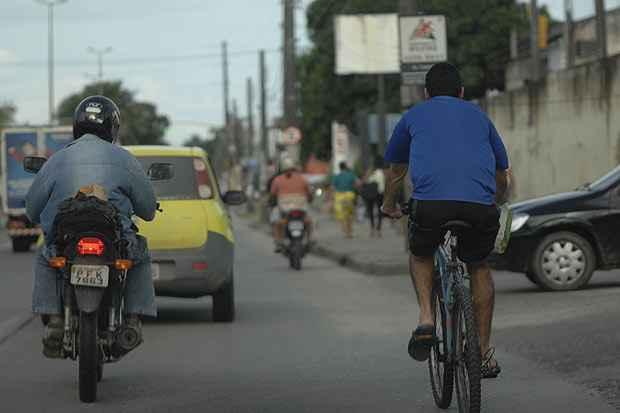 Ciclistas são obrigados a dividir espaço com outros veículos. Foto: Ricardo Fernandes/DP/D.A Press