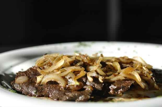Bife acebolado é uma boa pedida de proteina para o almoço. Foto: Blenda Souto Maior/DP/D.A Press