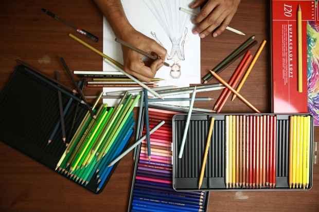 Melk Z-da presenteia, há anos, as clientes com croquis personalizados das roupas. Foto: Bernardo Dantas/DP/DA Press