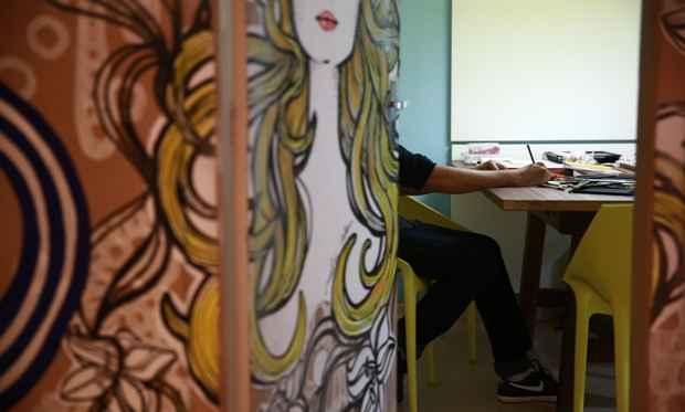 No atelier, Melk produz croquis dos figurinos que vão às passarelas. Em casa, à noite, se dedica às telas da série Ruivas. Foto: Bernardo Dantas/DP/DA Press