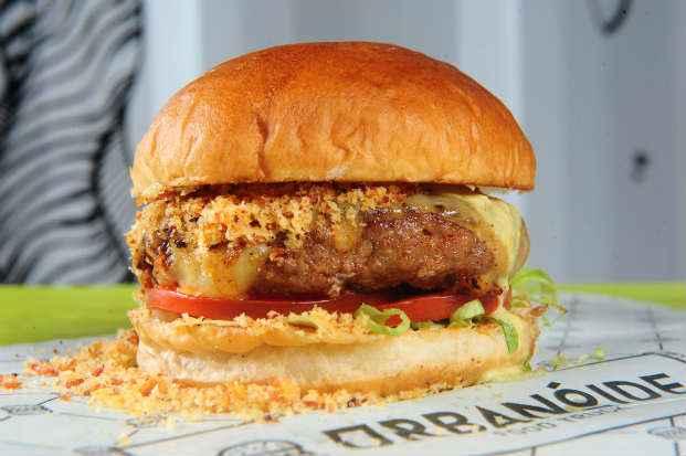 Opção do trailler gourmet Urbanóide é  o Burger Duo Pepperoni. Foto: Armando Artoni/Divulgação