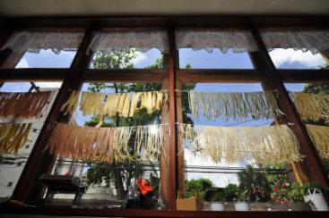 Massa pode ser seca - quando passa por processo industrial, ou fresca (feita de forma artesanal). Foto: Maria Eduarda Bione/Esp.DP/D.A Press