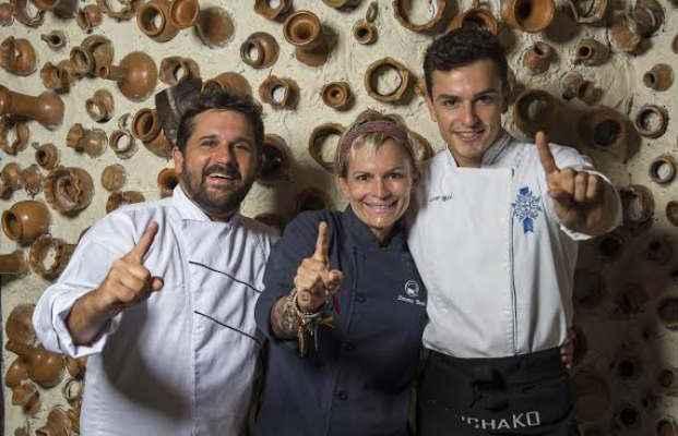 Chef Biba Fernandes (esq.) recebe, nesta terça-feira (17), os chefs Simone Berti e Rick Berti, do restaurante Wanchako, de Maceió. Foto: 4Comunicação/Divulgação