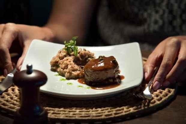 Uma das opções do jantar é o Filé ao molho de pimenta verde defumada com risoto de fungui seco e bacon. Foto: Paulo Higor/Divulgação