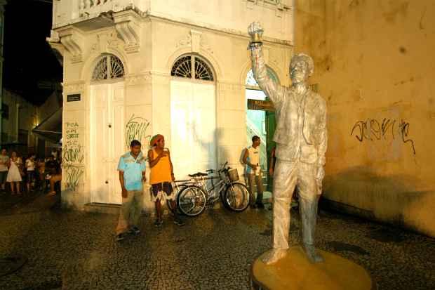 (Estatua do poeta Solano Trindade será visitada durante passeio de bicicleta. Foto: Ricardo Fernandes/DP/D.A.Press)