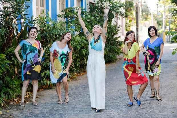 Dani assina quatro estampas, transformadas em vestidos e lenços. Foto: Andrea Rego Barros/Divulgação