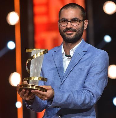 Gabriel Mascaro com o troféu em Marrakech