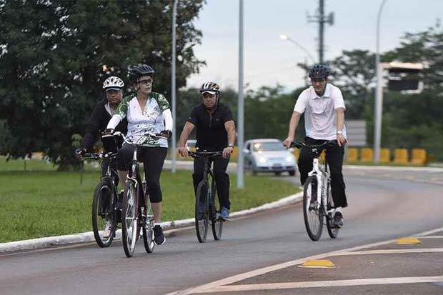 Três seguranças em bicicletas acompanharam a presidente. Foto: Ed Alves/CB/D.A. Press