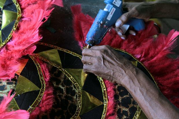 As mãos correm contra o tempo na fase dos ajustes finais. Foto: Annaclarice Almeida/DP