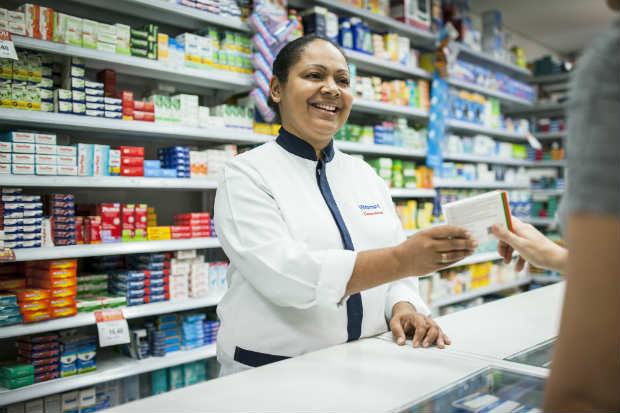É necessário ter o curso superior em farmácia, além do registro ativo no Conselho Regional de Farmácia (CRF). Foto: Walmart/Divulgação