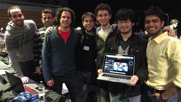 Rodrigo Fernandez e Henrique Lopes fizeram parte de uma equipe que desenvolveu um software que possibilita que os convidados de uma festa votem para escolher quais as músicas serão tocadas. Foto: Ascom USP/Divulgação
