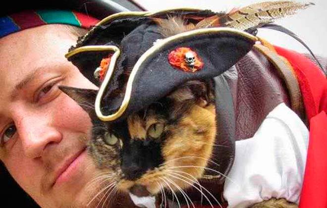 Nak vestida de pirata com seu dono. Foto: Reprodução/ Instagram