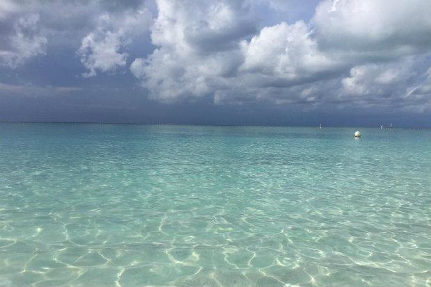 Água cristalina e céu azul é um dos atrativos de Grace Bay. (Foto: BrewDog19/TripAdvisor/Reprodução)