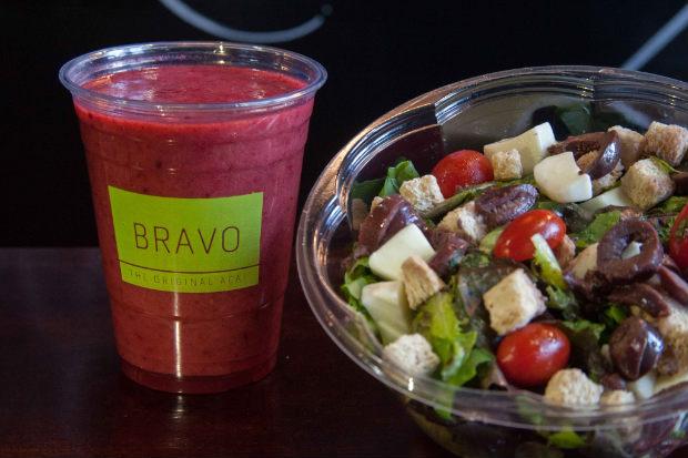 Servidas em em recipiente para misturar os ingredientes com molho, as Shake Salads são opção para comida leve e nutritiva. Fotos: Vito Sormany/Divulgação