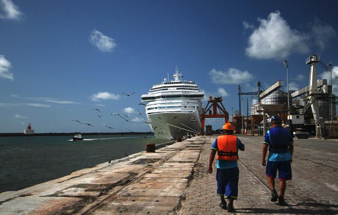 Transatlânticos atracaram simultaneamente no Porto do Recife com mais de 7 mil turistas. Foto:Paulo Paiva/DP