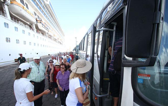 De acordo com a Secretaria de Turismo, cada turista gasta, em média, R$ 150 durante uma estadia curta no Recife. Foto: Paulo Paiva/DP
