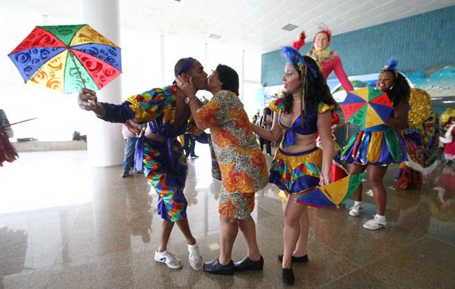 Turistas foram recepcionados com apresentação da cultura pernambucana, com passistas de frevo. Foto: Paulo Paiva/DP