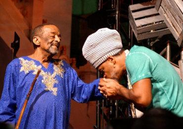 Maestro pernambucano é carinhosamente cumprimentado por Carlinhos Brown no show derradeiro, em Salvador. Foto: Shirley Stolze/Divulgação