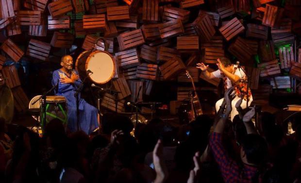 Ao lado do violoncelista Lui Coimbra, na despedida: Naná se apresentou sentado. Foto: Erivan Morais/Divulgação