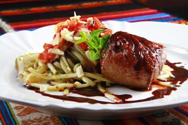 Filé grelhado em salsa oriental, acompanhado de talharim ao creme de queijo com ají. Foto: 4Comunicação/Divulgação