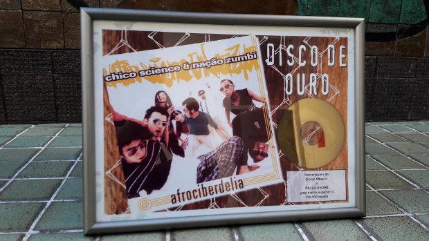 Disco de ouro em congratulação às 100 mil cópias vendidas de Afrociberdelia. Foto: Simone Lourenço/Divulgação
