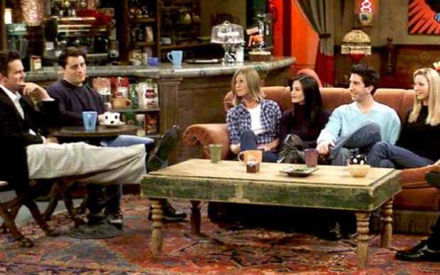 """Cena clássica em """"Friends"""" mostra os personagens bebendo café. Foto: NBC/Reprodução"""