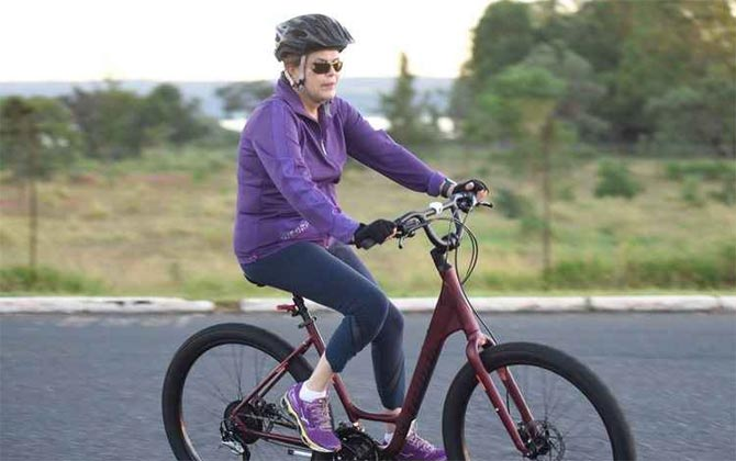 A bicicleta é um dos exercícios favoritos da presidente. Foto: Ed Alves/CB/D.A. Press.