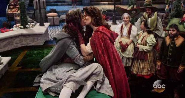 Personagens dão um beijo de amor verdadeiro. Foto: Sony/Reprodução