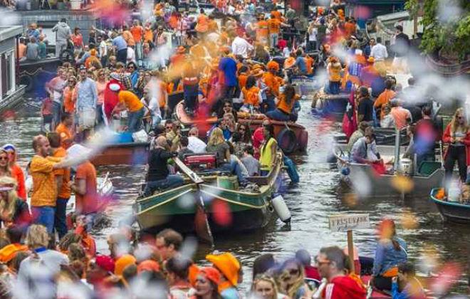 Os súditos demonstram respeito, orgulho e alegria ao usar o laranja. Foto: Hollande Alliance/Divulgação
