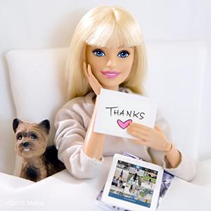 Barbie ganhou ares de blogueira de moda no perfil do Instagram, sempre conectada e antenada com as semanas de moda. Foto: Mattel/Divulgação