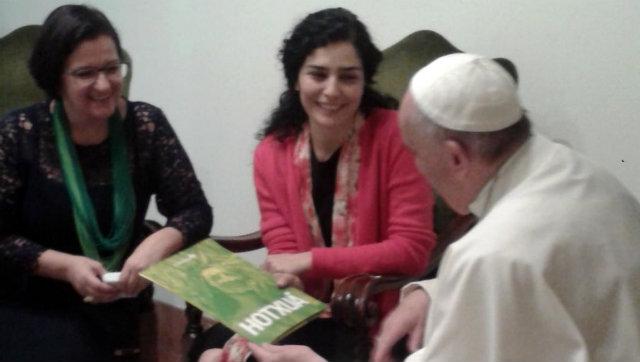 A atriz considera que o papa passa uma imagem da tolerância religiosa e espiritual. Foto: Facebook/Reprodução