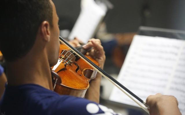 Movimento Armorial ganha novo fôlego no ensino de música clássica em Pernambuco. Na foto, o violinista Iuri Tavares, da Orquestra Criança Cidadã. Foto: Rafael Martins/DP