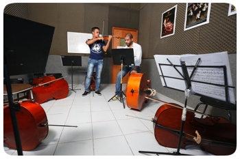 O maestro Nilson Galvão coordena a execução de peças armoriais na orquestra de crianças e jovens. Foto: Rafael Martins/DP