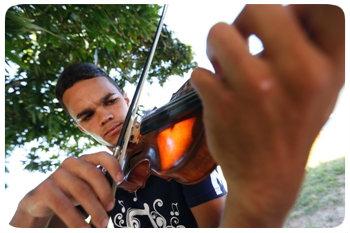 Iuri está na OCC há sete anos, e hoje atua como primeiro violinista da orquestra. Foto: Rafael Martins/DP