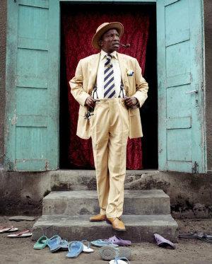 A estética contribui para o empoderamento e valoriza a cultura negra, acreditam os Sapeurs do Congo. Foto: Reprodução da internet