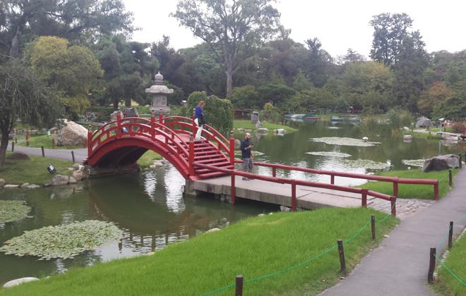 No Jardín Japonês, a paisagem é de tranquilidade no meio da cidade, com rios, pontes e peixes. Foto: Luciana Morosini/DP