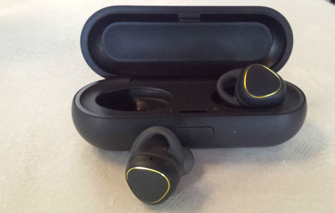 Bateria dos fones de ouvidos é recarregada na própria caixa. Foto: Luciana Morosini/DP