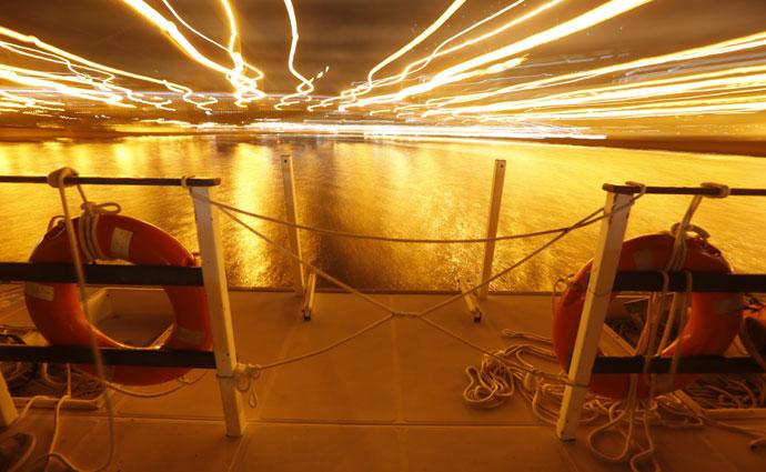 O catamarã passa por debaixo de algumas pontes históricas do Recife. Foto: Rafael Martins/Esp DP