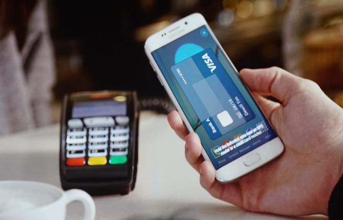 Para fazer um pagamento com o Samsung Pay, o consumidor deve selecionar o cartão em um smartphone compatível da Samsung. Foto: Samsung/Divulgação