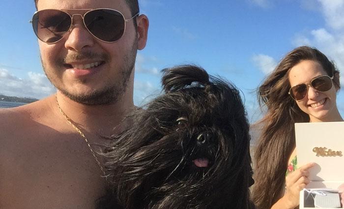 O casal Victor Hugo e Joyce - na foto com o cachorrinho Nescau - destaca o