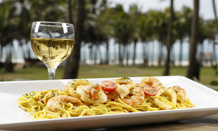 Restaurante na beira da praia para quem tem vontade de comer com os pés da areia. Foto: Divulgação