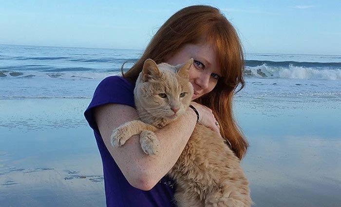 Tigger e Adriene em uma de suas aventuras na praia. Foto/Tigger%u2019s Story- The 21 yr. Old Cat & His Bucket List/Reprodução