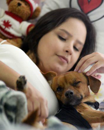 Thalita Ribeiro com seu cãozinho Pitoco. Foto: Carlos Vieira/CB/D.A. Press