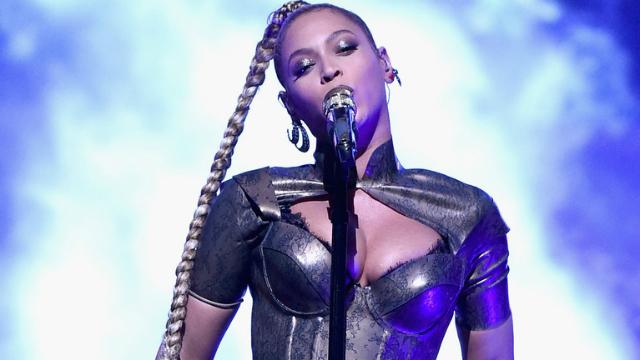 Trança da cantora enganchou em um dos seus brincos. Foto: TIDAL/Reprodução