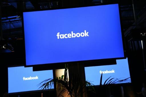 O Facebook foi alvo de críticas repetidas vezes por suprimir conteúdos importantes por considerá-los chocantes (© AFP/Arquivos Justin Tallis)