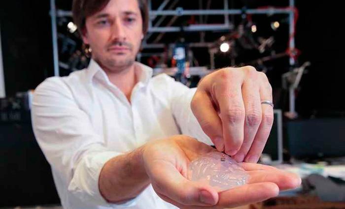 Marco Capogrosso, pesquisador do Instituto Federal Suíço de Tecnologia (EPFL), mostra o chip implantado no cérebro dos macacos. Foto: EPFL/Divulgação