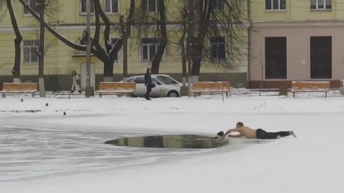 """""""Resgate abaixo de zero"""": vídeo registra russo salvando cãozinho de morte em lago congelado. Foto: YouTube/Reprodução"""
